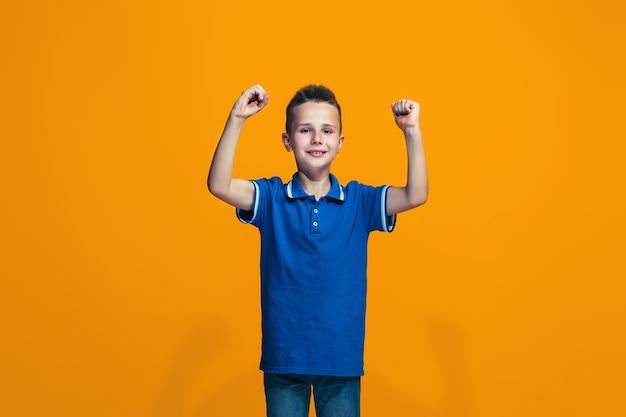 Gelukkig succes tienerjongen vieren zijnd een winnaar. dynamisch energetisch beeld van vrouwelijk model