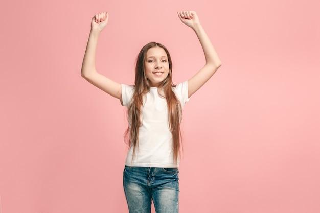 Gelukkig succes tienermeisje viert dat ze een winnaar is, dynamisch energetisch beeld van vrouwelijk model