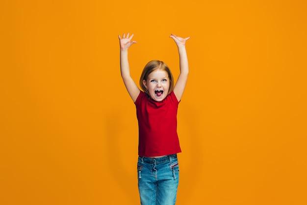 Gelukkig succesvol meisje vieren dat het een winnaar is