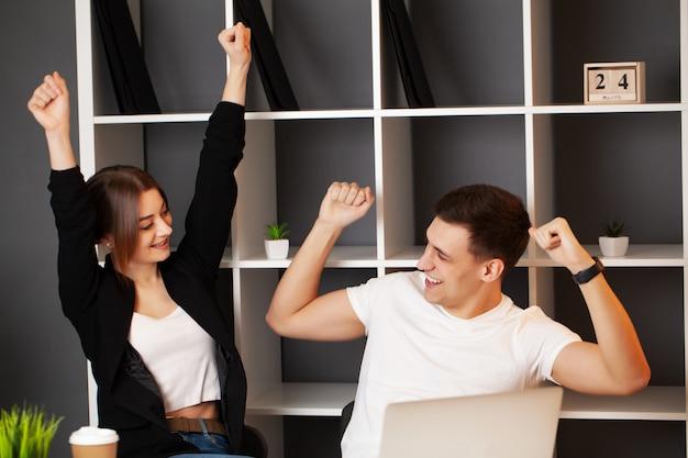Gelukkig succesvol zakelijk team, lach en juich hun succes toe
