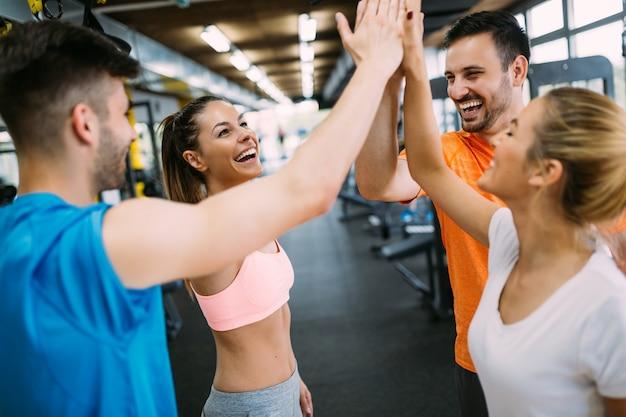 Gelukkig succesvolle fitnessles na de training.