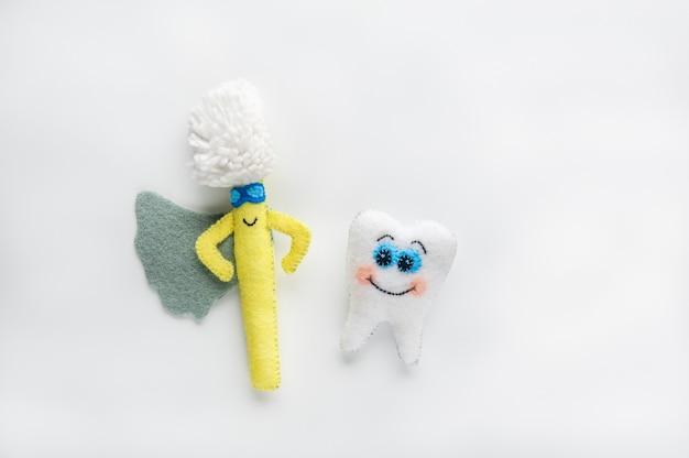 Gelukkig tand en tandenborstel in cartoon stijl op witte achtergrond.