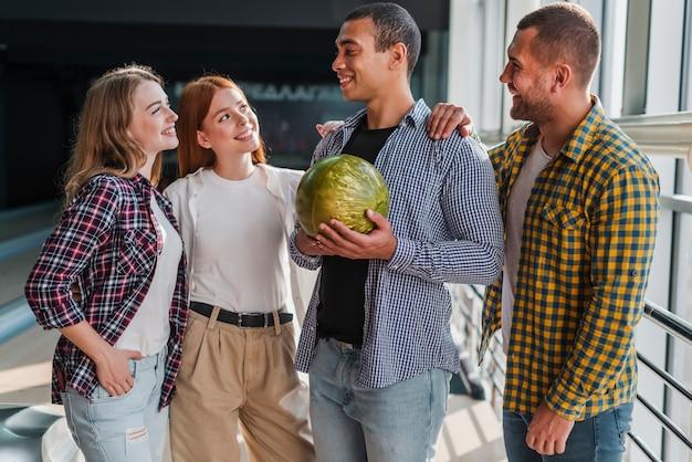 Gelukkig team in een bowlingclub