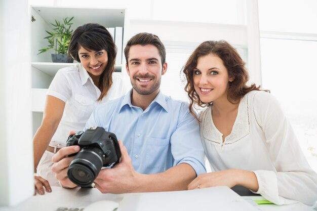 Gelukkig teamwerk poseren met digitale camera