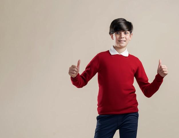 Gelukkig tienergebaar met zijn handen allemaal oké