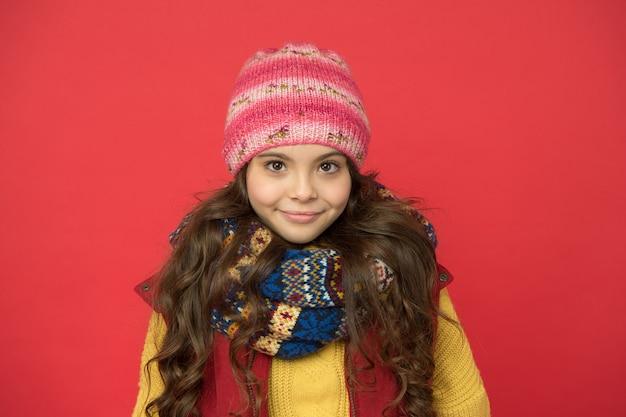 Gelukkig tienermeisje draagt warme winterkleren, schoonheid.