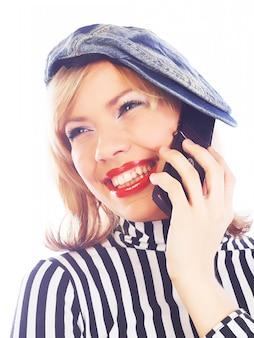 Gelukkig tienermeisje met mobiele telefoon