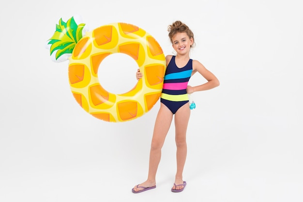 Gelukkig tienermeisje op de zomervakantie door het overzees met zwemmende cirkels die op wit worden geïsoleerd