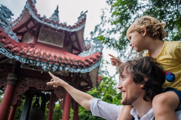 Gelukkig toeristen vader en zoon in longson pagoda
