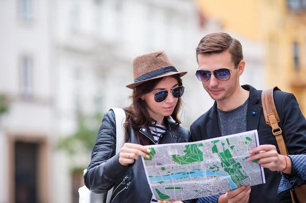Gelukkig toeristenpaar die op vakantie in gelukkig glimlachen van europa reizen. kaukasisch paar.