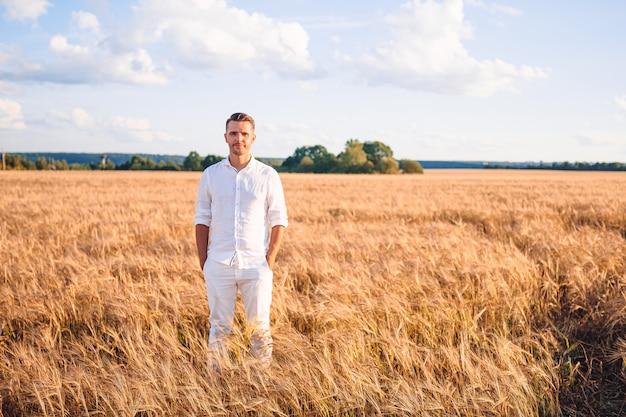 Gelukkig toeristische man in een tarweveld