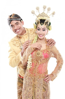 Gelukkig traditionele java bruidspaar man en vrouw omhelzen elkaar