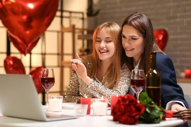 Gelukkig transgender koppel videochatten met vrienden op valentijnsdag thuis
