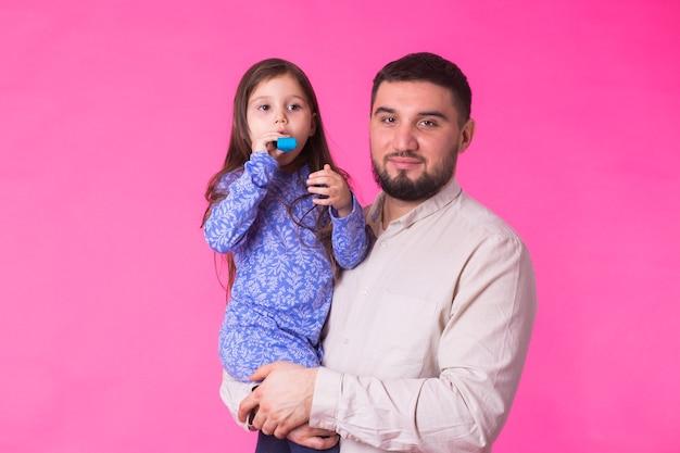 Gelukkig vader baby dochter in handen houden