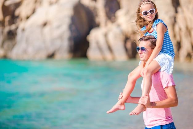 Gelukkig vader en meisje genieten van zomervakantie
