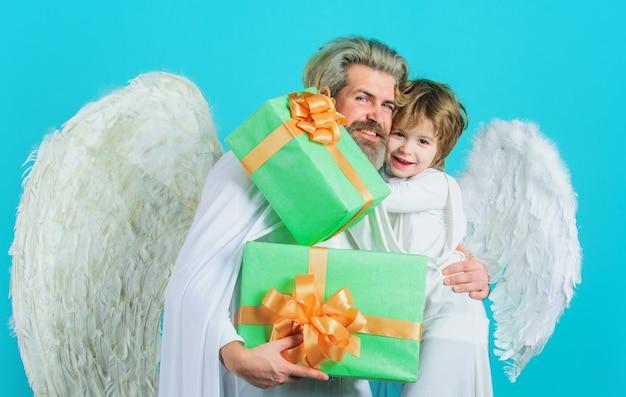 Gelukkig vader en zoon engelen met cadeautjes. valentijnsdag. valentijn cupido met geschenkdoos.