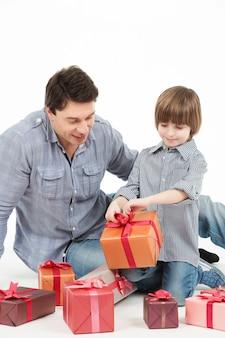 Gelukkig vader en zoon met geschenkdoos