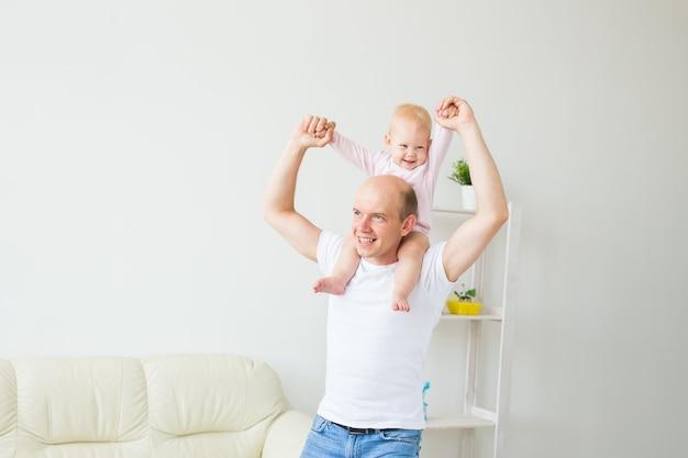 Gelukkig vader spelen met babymeisje thuis