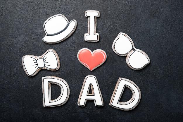 Gelukkig vaderdag concept. cookies op een zwarte achtergrond. tekst ik hou van vader.