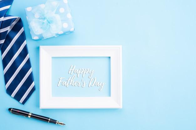Gelukkig vadersdagconcept op heldere blauwe pastelkleurachtergrond.