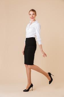 Gelukkig verbazend jonge bedrijfsvrouw geïsoleerd lopen