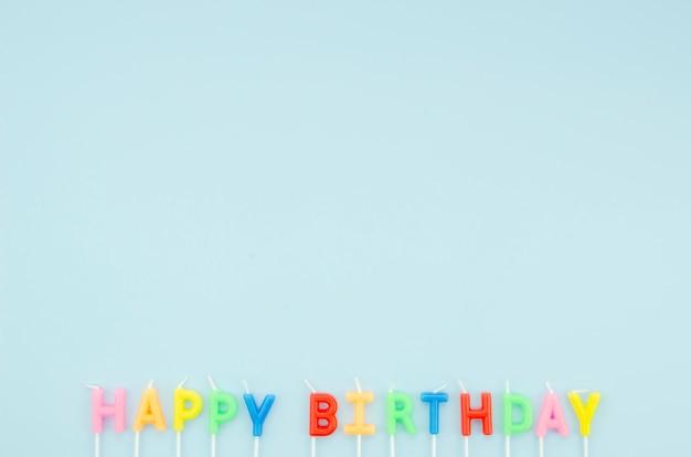 Gelukkig verjaardagsbericht op blauwe achtergrond met exemplaarruimte