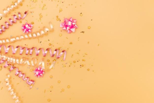Gelukkig verjaardagsthema op een heldere gespleten toonachtergrond