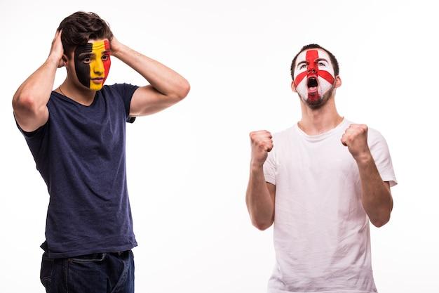 Gelukkig voetbalfan van engeland vieren overwinning boos voetbalfan van belgië met geschilderd gezicht geïsoleerd op een witte achtergrond