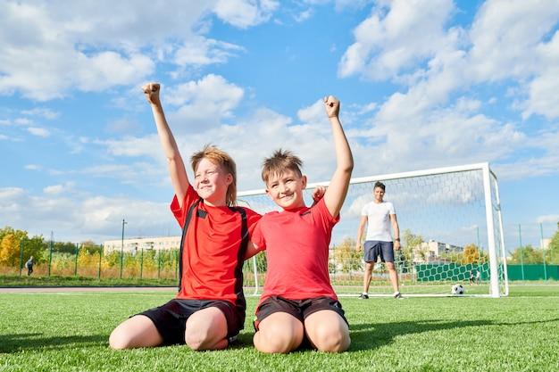 Gelukkig voetballers in een veld