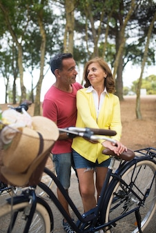 Gelukkig volwassen man flirten met vrouw buitenshuis