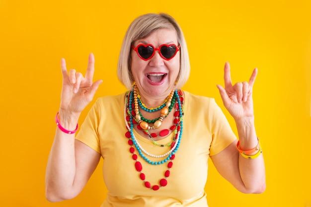 Gelukkig volwassen oudere senior dame vrouw plezier in stijlvolle kleding concepten senior mensen