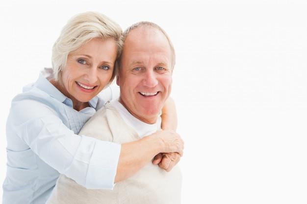 Gelukkig volwassen paar glimlachen op de camera