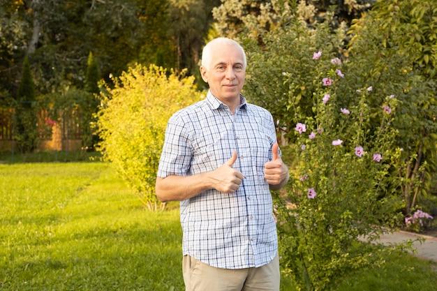 Gelukkig volwassen senior man in zomer of voorjaar park