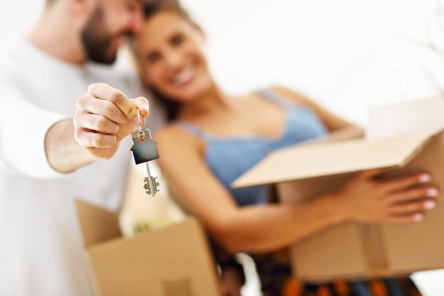 Gelukkig volwassen stel dat verhuist of naar een nieuw huis gaat