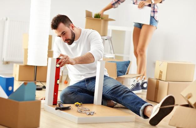 Gelukkig volwassen stel probeert meubels in elkaar te zetten