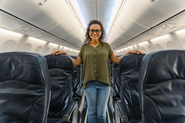 Gelukkig volwassen vrouwtje poseert in vliegtuigen