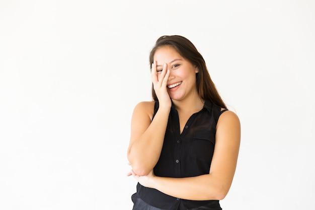 Gelukkig vreugdevolle tienermeisje gezicht met palm aan te raken
