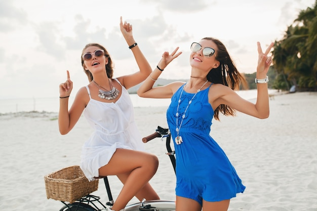 Gelukkig vriendinnen plezier op tropisch strand
