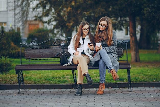 Gelukkig vriendschap groene mode zonlicht