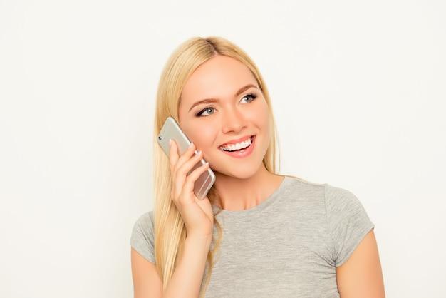 Gelukkig vrolijk jong meisje dat met haar vriend praat