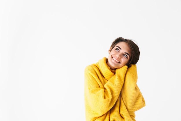 Gelukkig vrolijk meisje dragen hoodie staande geïsoleerd op wit, poseren