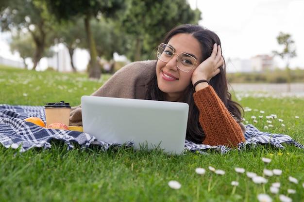 Gelukkig vrolijk studentenmeisje dat omhoog voor klasse bestudeert