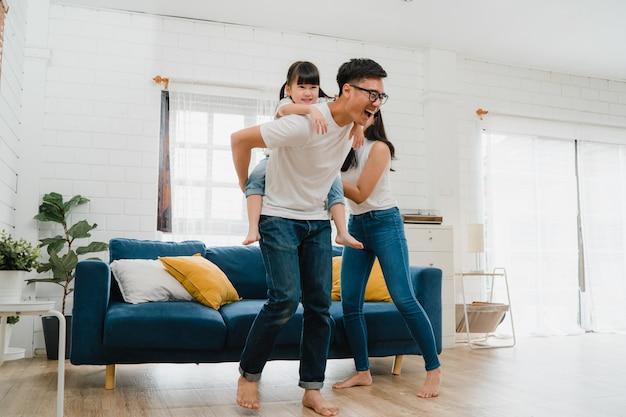 Gelukkig vrolijke aziatische familie vader, moeder en dochter plezier spelen