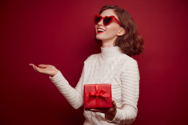 Gelukkig vrolijke jonge vrouw in gebreide trui