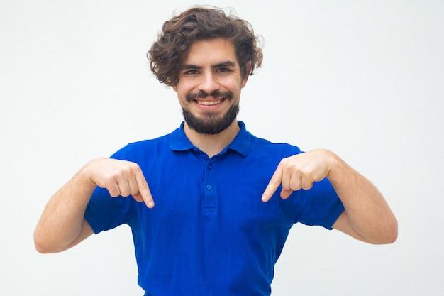 Gelukkig vrolijke man wijzende vingers naar beneden