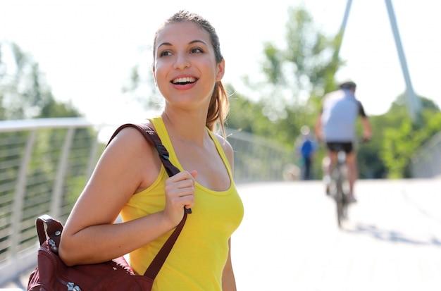 Gelukkig vrolijke vrouwelijke wandelaar wandelingen op een pad in natuurpark