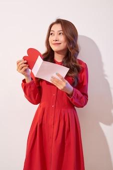 Gelukkig vrouw genieten van wenskaart, lezen met plezier liefdesbrief, thuis valentijnsdag vieren