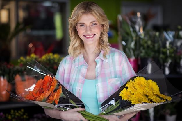 Gelukkig vrouwelijk de bloemboeket van de bloemistholding