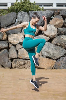Gelukkig vrouwelijke atleet die ter plaatse springt