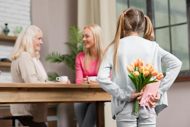 Gelukkig vrouwelijke generatie en boeket bloemen